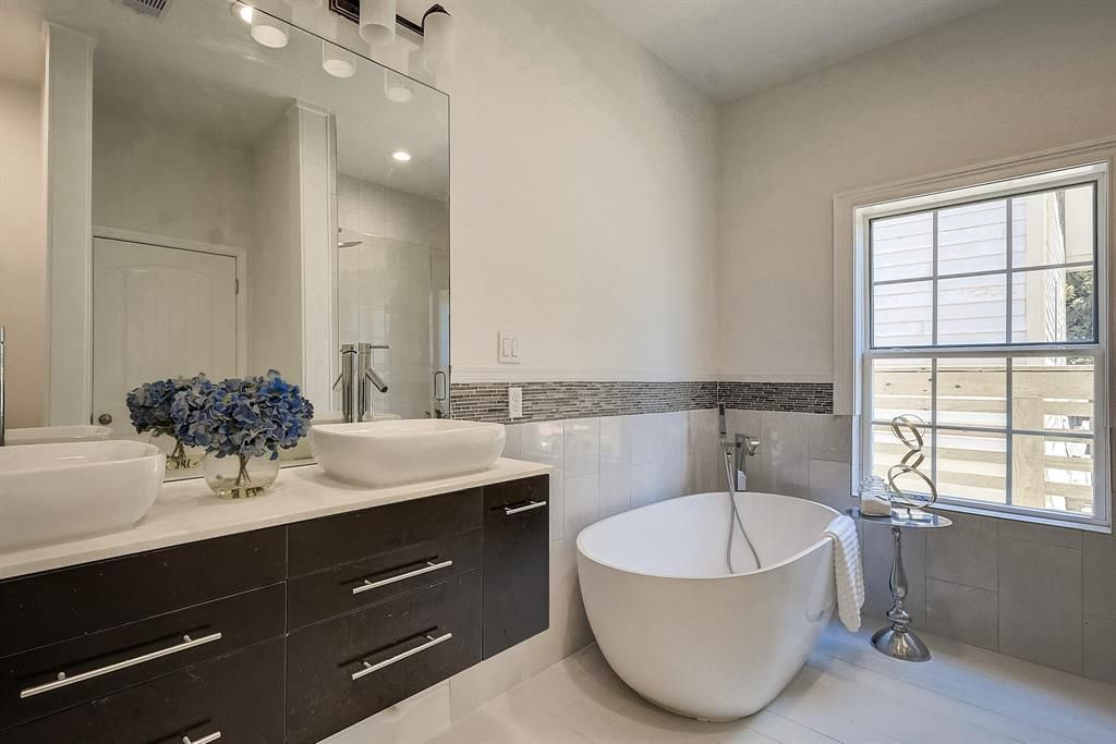 Master Bathroom - Vacant Home Staging